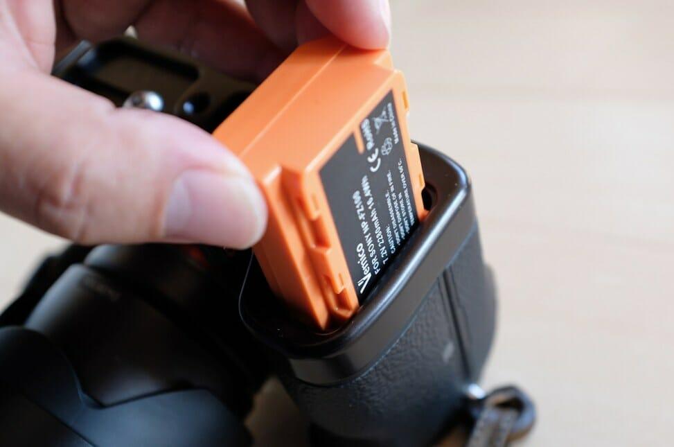 α7IIIにRRSのL型ブラケットを装着するとVemicoのNP-FZ100互換バッテリーがうまく入らない